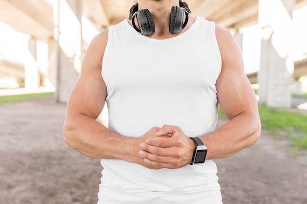 Vue de face homme athlétique posant
