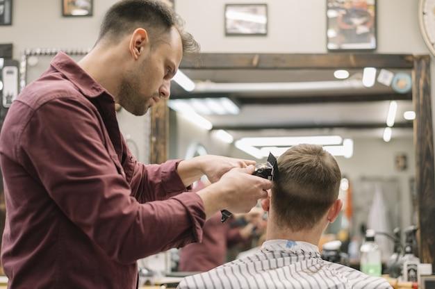 Vue de face de l'homme au salon de coiffure