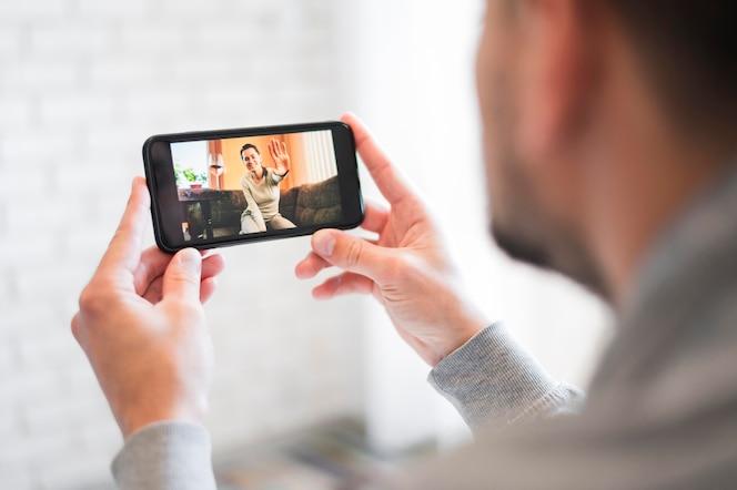 Vue de face de l'homme ayant un appel vidéo