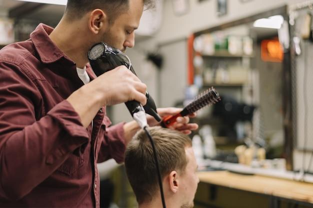 Vue de face de l'homme ayant ses cheveux séchés