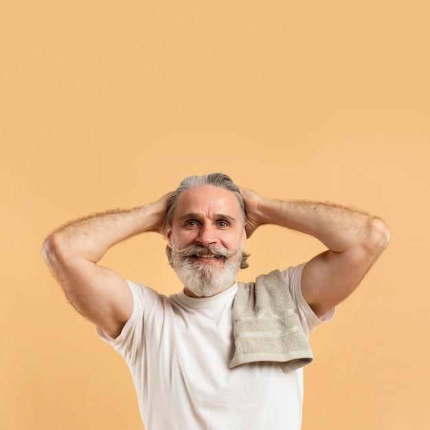 Vue de face de l'homme barbu aîné attrayant smiley