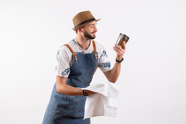 Vue de face homme barman nettoyage shaker sur un mur blanc club nuit boissons alcool travail barre de couleur
