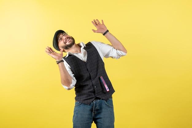 Vue de face homme barman souriant et regardant le plafond sur le mur jaune boisson travail club alcool homme bar nuit