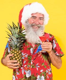 Vue de face de l'homme avec chemise tropicale et chapeau de noël