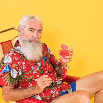 Vue de face de l'homme avec chemise tropicale et espace copie