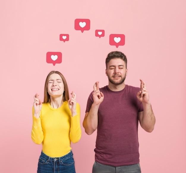 Vue de face d'un homme et d'une femme faisant un vœu