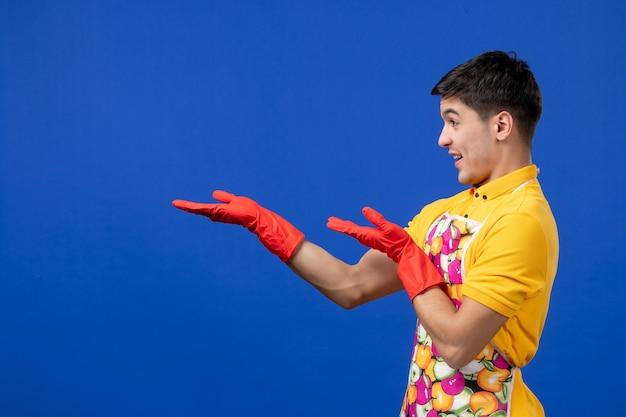 Vue de face homme de femme de ménage heureux tendant la main