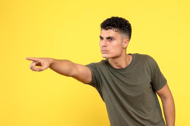 Vue de face un homme le gars sérieux pointe un doigt sur le côté