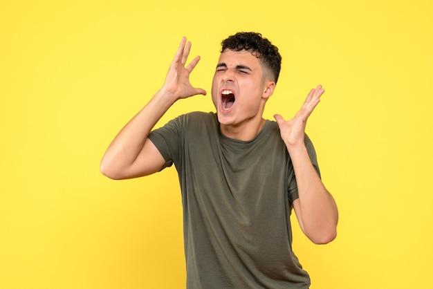 Vue de face un homme l'homme ferma les yeux hurle et agita les bras