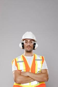 Vue de face de l'homme ingénieur avec copie espace et casque