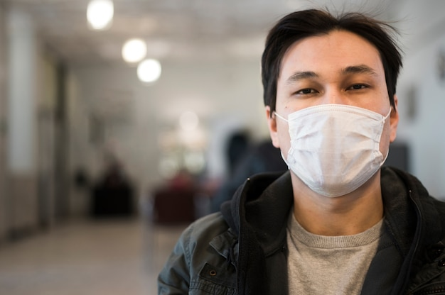 Vue de face de l'homme avec masque médical et espace copie