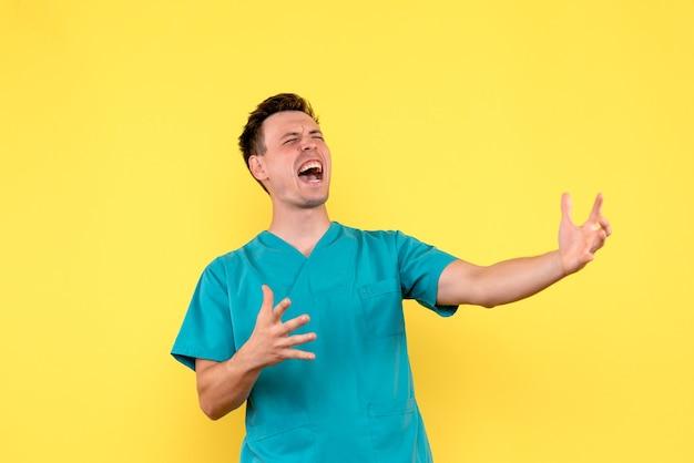Vue de face de l'homme médecin hurlant sur le mur jaune