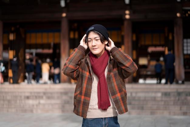 Vue de face de l'homme posant en tenue d'hiver à l'extérieur