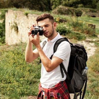 Vue de face homme prenant des photos