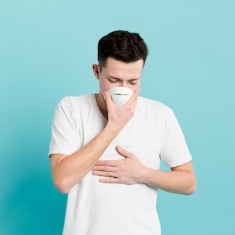 Vue de face d'un homme présentant des symptômes de coronavirus