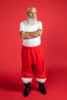 Vue de face de l'homme souriant en pantalon de santa