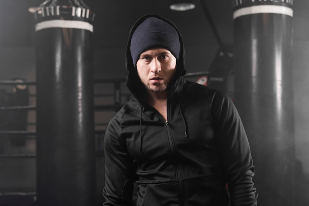 Vue de face homme en tenue de sport au centre d'entraînement de boxe