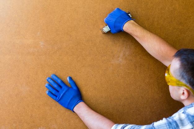 Vue de face d'un homme travaillant sur un mur