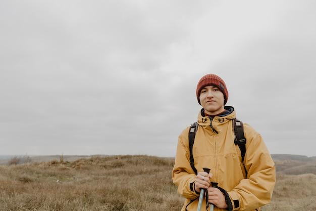 Vue de face homme en voyage d'hiver