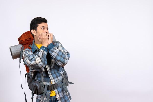Vue de face homme voyageur choqué avec sac à dos