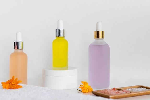 Vue de face huiles colorées arrangement de traitement spa cosmétiques