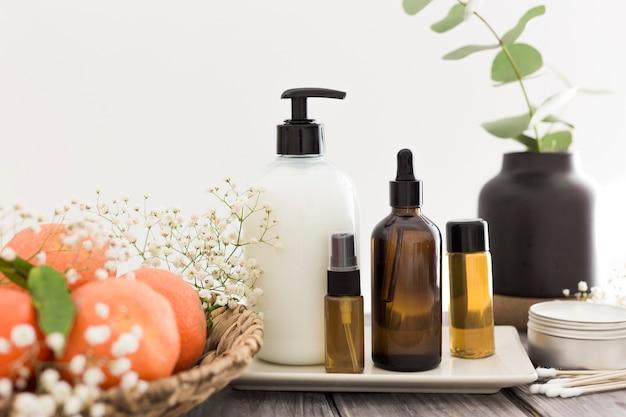 Vue de face des huiles essentielles sur plaque