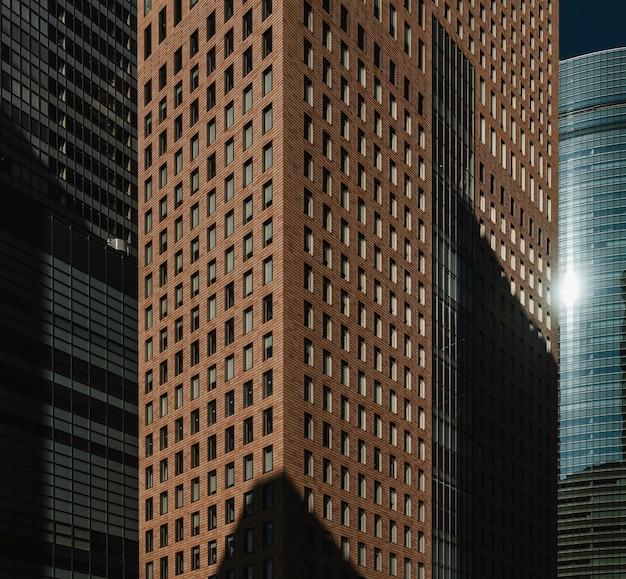 Vue de face des immeubles de bureaux modernes gratte-ciel