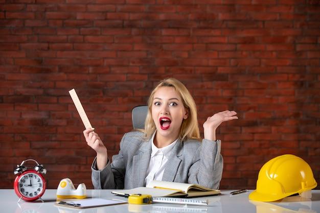 Vue de face ingénieur femme assise derrière son lieu de travail