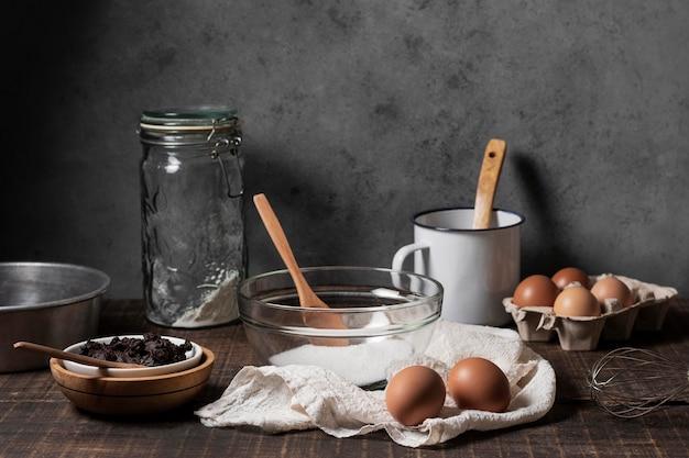 Vue de face des ingrédients du gâteau sur la table