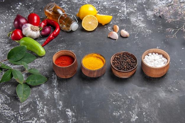Vue de face des ingrédients frais avec du citron et des assaisonnements