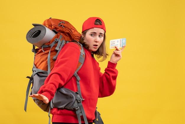 Vue de face inquiète femme backpacker holding billet d'avion