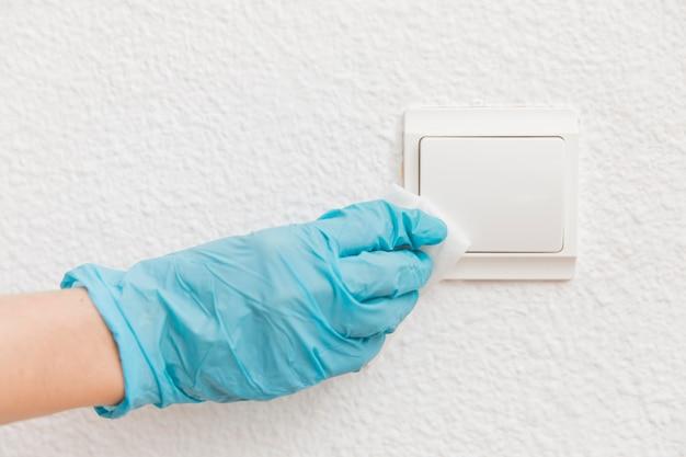 Vue de face de l'interrupteur d'éclairage désinfectant pour les mains