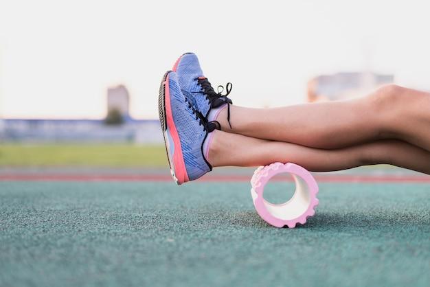 Vue de face jambes sportives sur rouleau