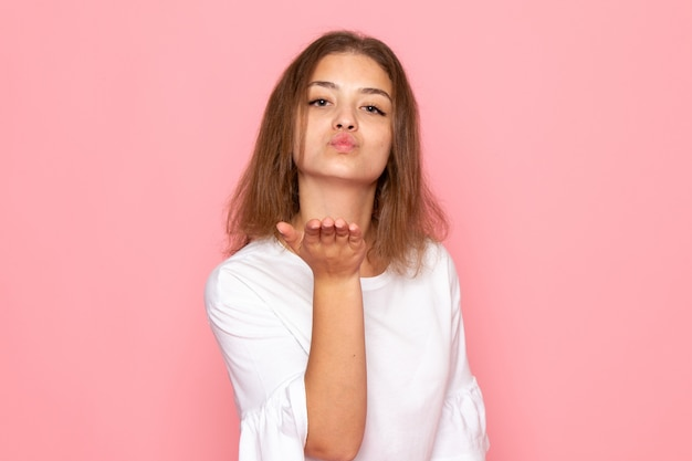 Une vue de face jeune belle femme en chemise blanche envoyant des baisers de l'air