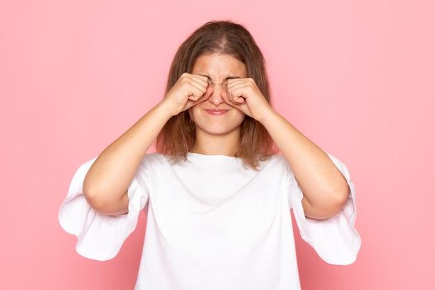 Une vue de face jeune belle femme en chemise blanche faux pleurer