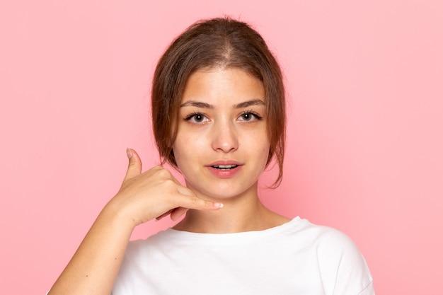 Une vue de face jeune belle femme en chemise blanche posant