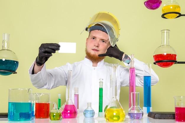 Vue de face jeune chimiste donnant sa carte pour vous le rappeler