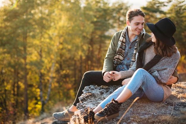 Vue de face jeune couple amoureux