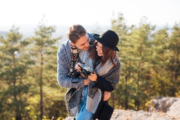 Vue de face, jeune couple, ensemble, dehors