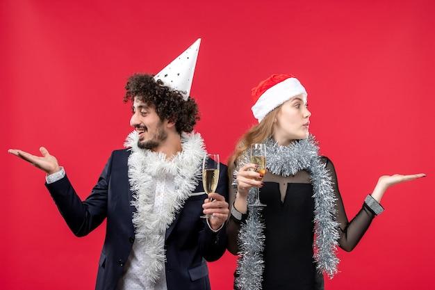 Vue de face jeune couple juste célébrer le nouvel an noël amour