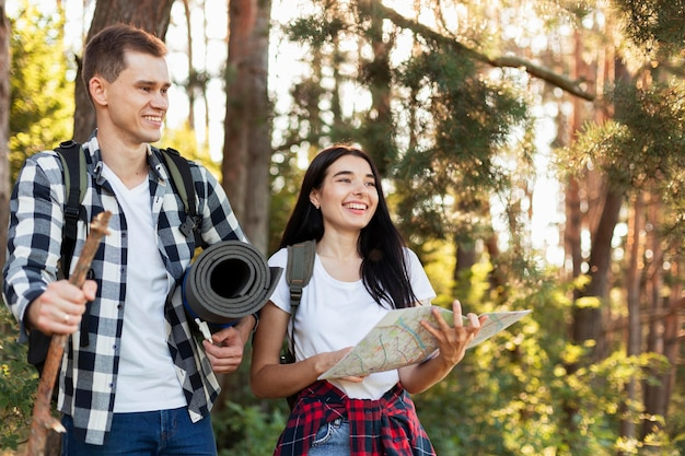Vue de face jeune couple marchant dans la nature