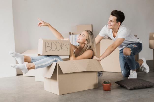 Vue de face jeune couple prêt à bouger