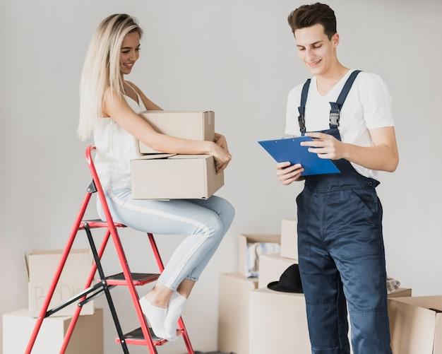 Vue de face d'un jeune couple prévoyant de déménager