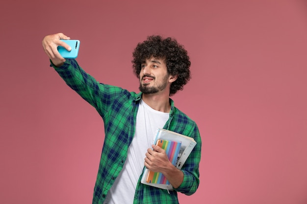 Vue de face jeune étudiant prenant selfie horizontalement