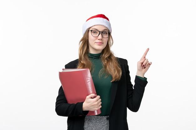 Vue de face jeune étudiante avec des fichiers livre école collège