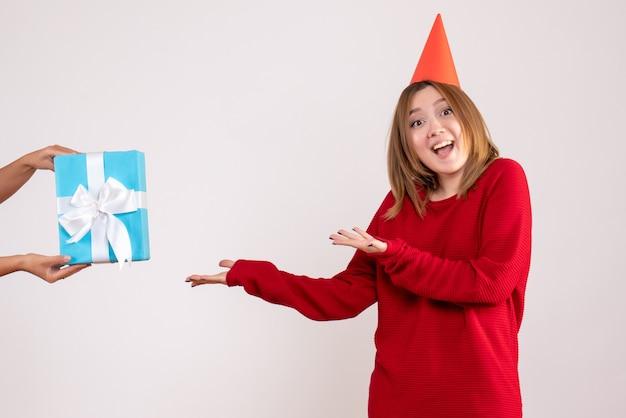 Vue de face jeune femme acceptant son cadeau