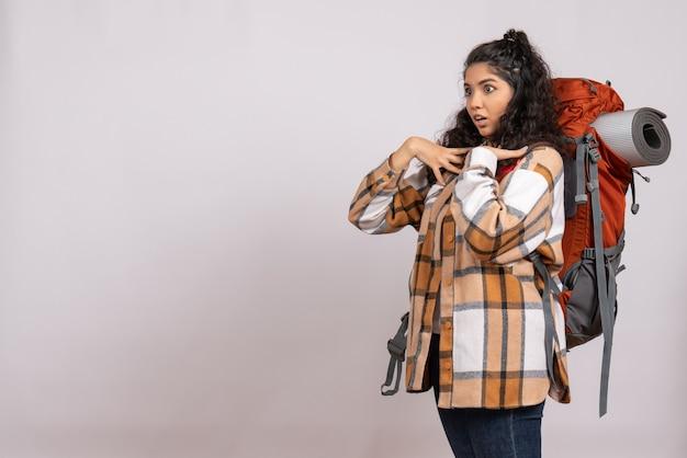 Vue de face jeune femme allant en randonnée avec sac à dos sur un fond blanc forêt voyage montagne air tourisme campus vacances