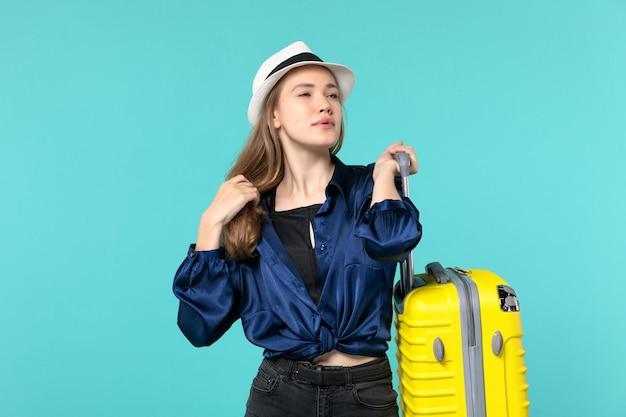 Vue de face jeune femme allant en vacances et tenant un gros sac sur le fond bleu voyage mer fille voyage vacances voyage