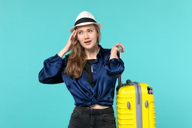 Vue de face jeune femme allant en vacances et tenant le gros sac sur fond bleu voyage vacances voyage voyage mer