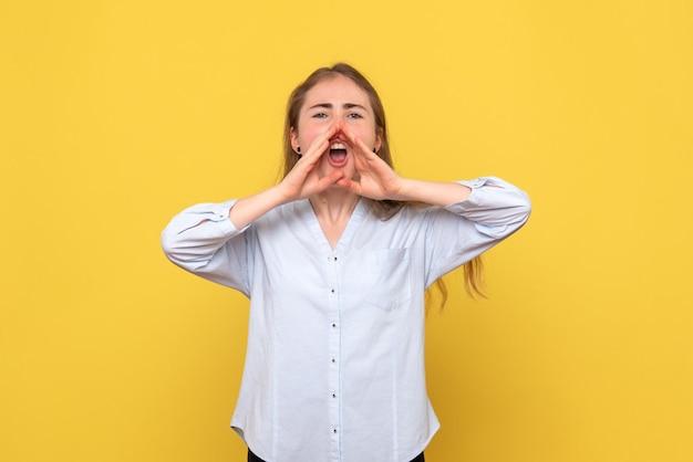 Vue de face d'une jeune femme appelant
